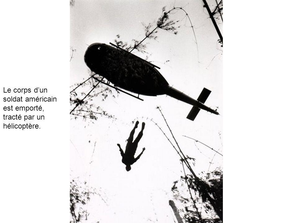 Le corps dun soldat américain est emporté, tracté par un hélicoptère.