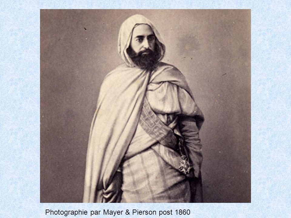 Carte postale représentant la Salle Abd-el-Kader au musée Condé avec la tente de l émir Extérieur en toile de lin ou coton gris-belge ; intérieur avec bandes verticales de tissu alternativement rouges, vertes, jaunes, en toile de laine.