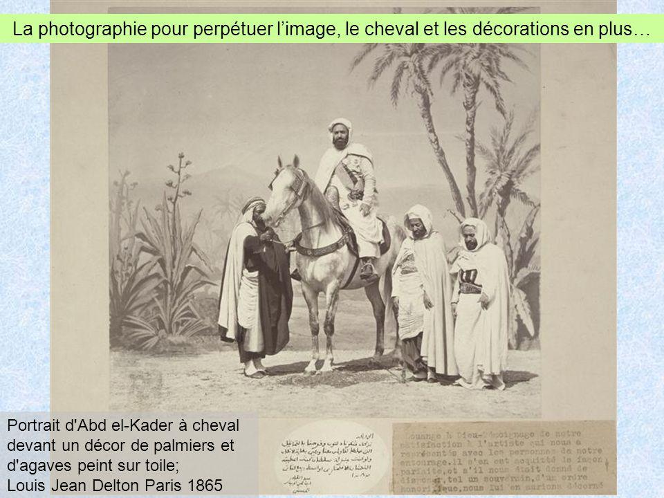 Portrait d Abd el-Kader à cheval devant un décor de palmiers et d agaves peint sur toile; Louis Jean Delton Paris 1865 La photographie pour perpétuer limage, le cheval et les décorations en plus…