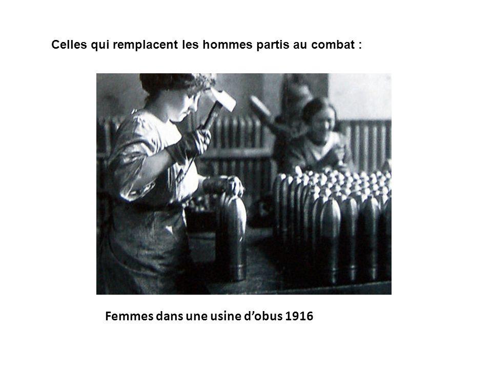 Femmes dans une usine dobus 1916 Celles qui remplacent les hommes partis au combat :
