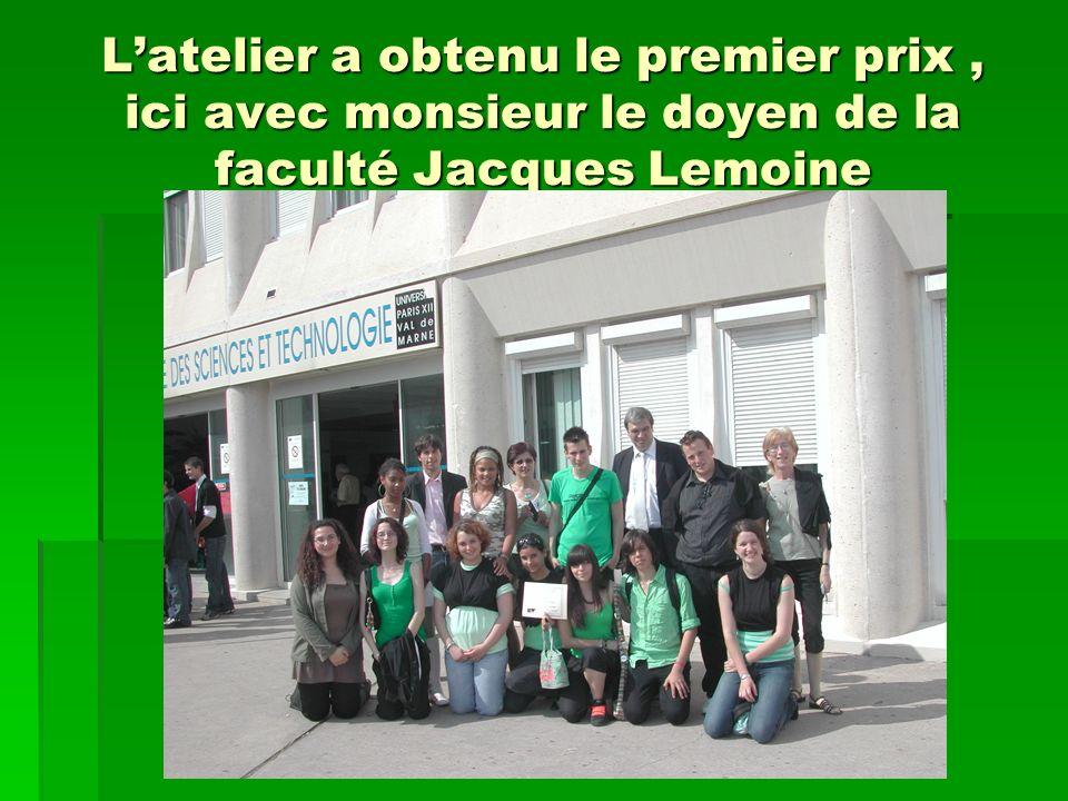Latelier a obtenu le premier prix, ici avec monsieur le doyen de la faculté Jacques Lemoine