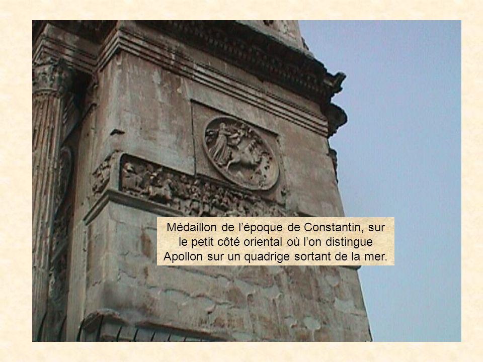 photo61 Côté méridional se trouvent deux médaillons représentant lempereur Hadrien. Dans une scène de chasse à lours. Au moment du sacrifice à Diane,