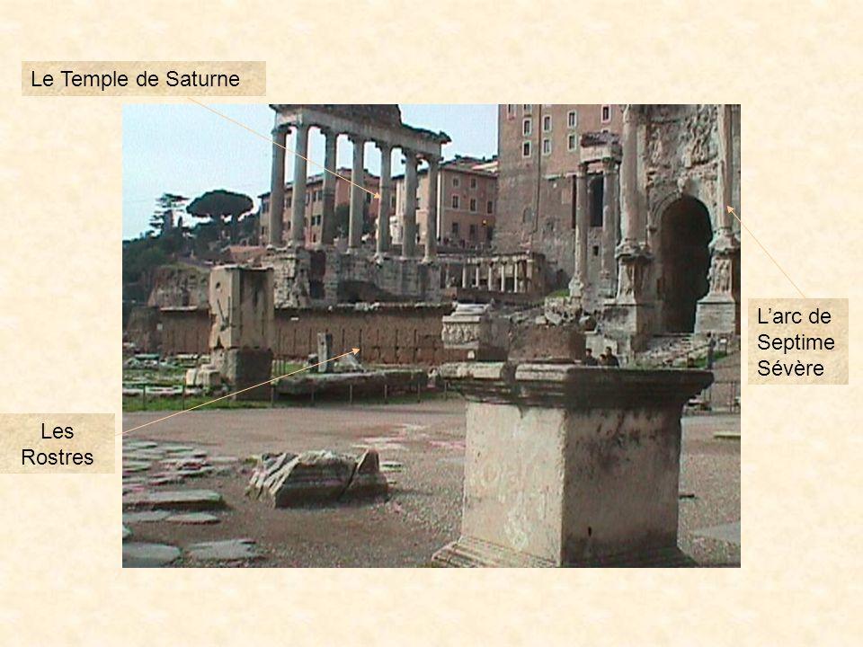 Situé entre le Capitole et le Palatin, le forum est anciennement une vallée marécageuse. Les rois étrusques assainirent ce lieu qui deviendra le cœur