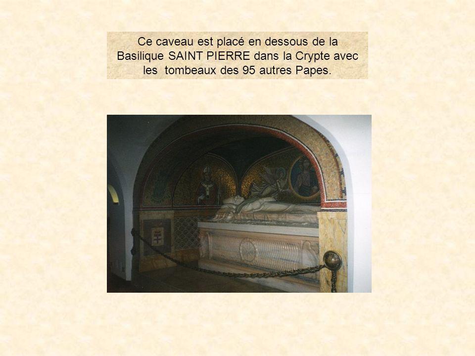 photo321 Le Baldaquin est constitué de bronze et soutenu par quatre colonnes torses richement décorées dor, dun poids total de 370 quintaux. Tu es Pie