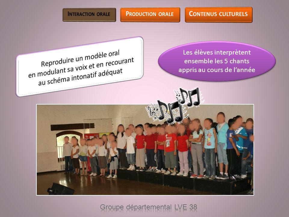 Les élèves interprètent ensemble les 5 chants appris au cours de lannée