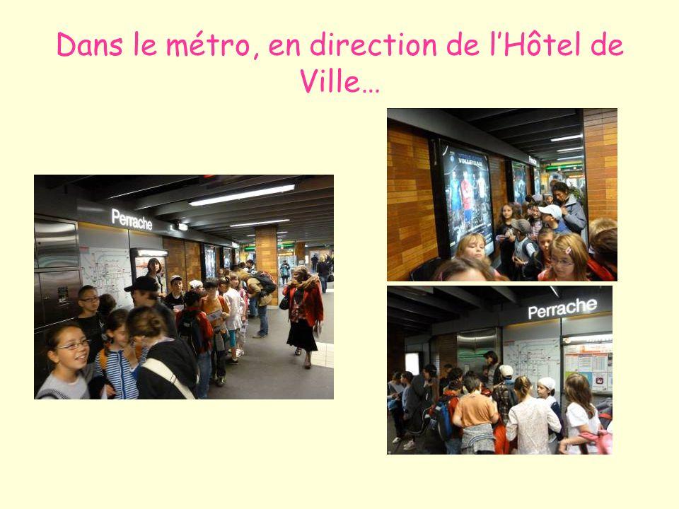 Dans le métro, en direction de lHôtel de Ville…