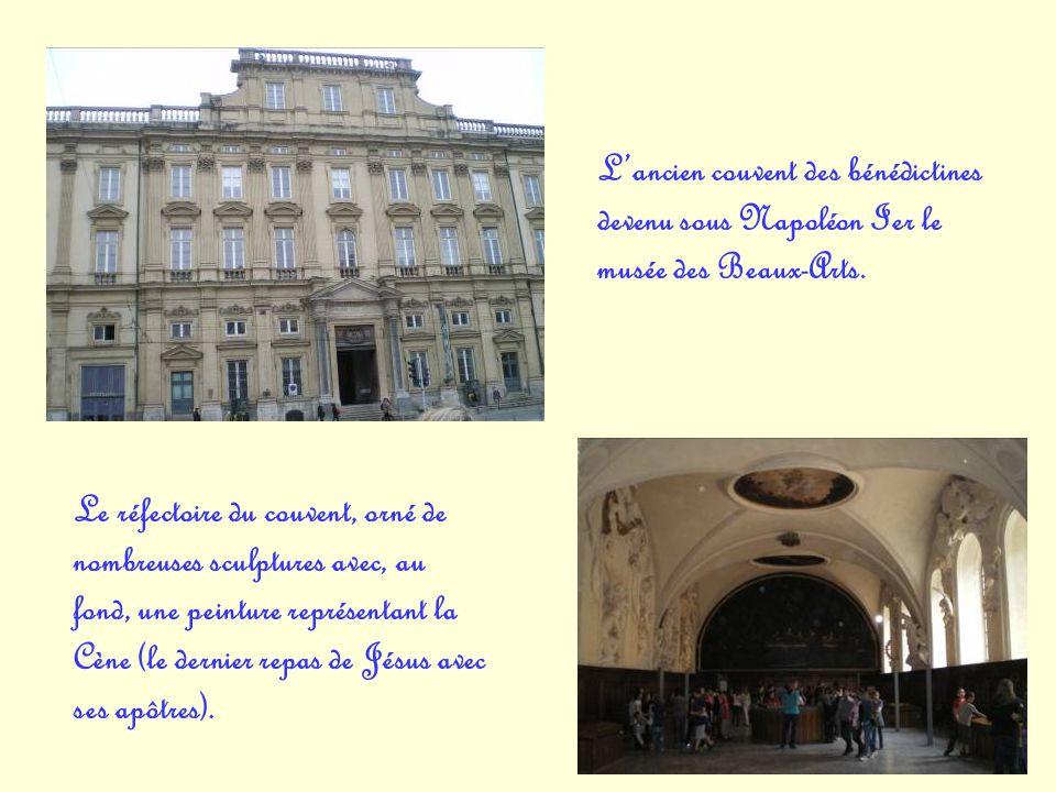 Lancien couvent des bénédictines devenu sous Napoléon Ier le musée des Beaux-Arts. Le réfectoire du couvent, orné de nombreuses sculptures avec, au fo
