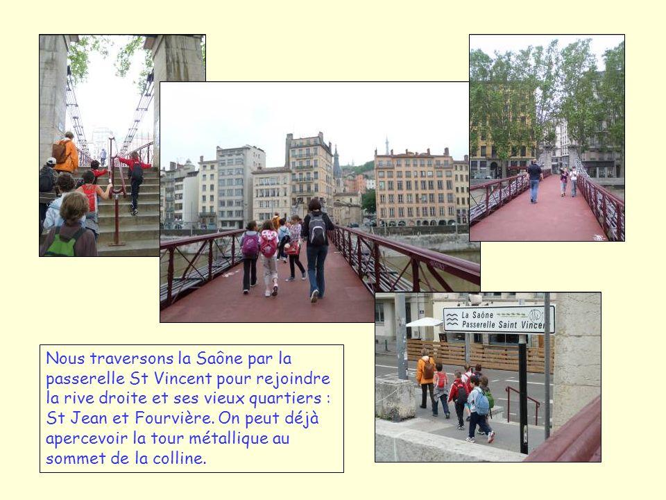 Nous traversons la Saône par la passerelle St Vincent pour rejoindre la rive droite et ses vieux quartiers : St Jean et Fourvière. On peut déjà aperce