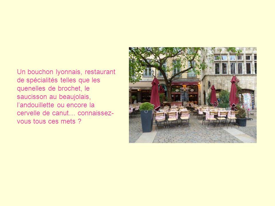 Un bouchon lyonnais, restaurant de spécialités telles que les quenelles de brochet, le saucisson au beaujolais, landouillette ou encore la cervelle de