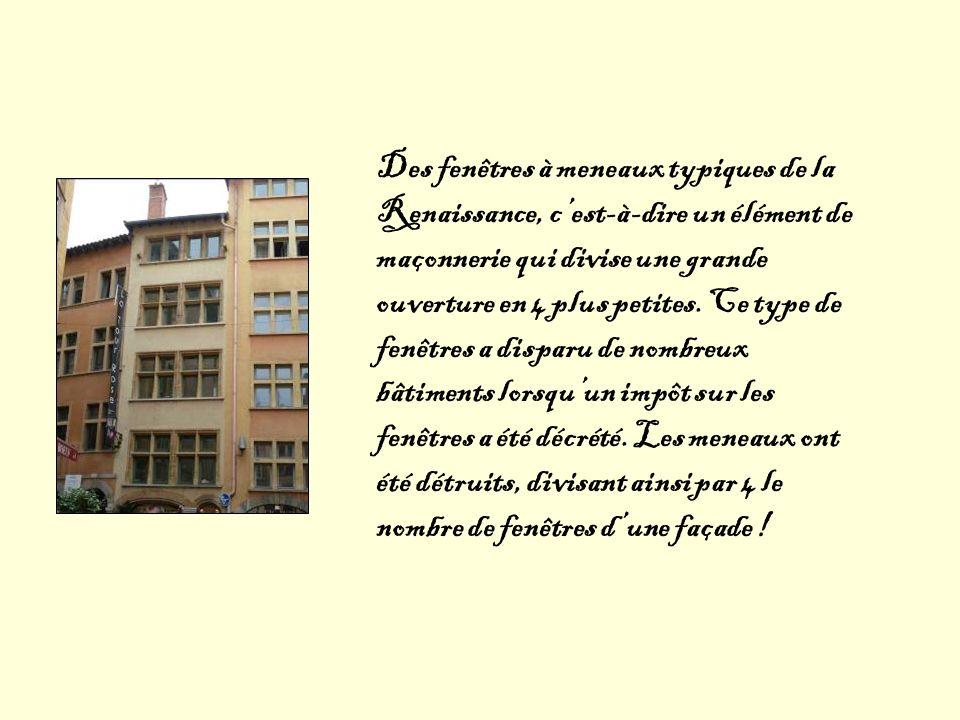 Des fenêtres à meneaux typiques de la Renaissance, cest-à-dire un élément de maçonnerie qui divise une grande ouverture en 4 plus petites. Ce type de