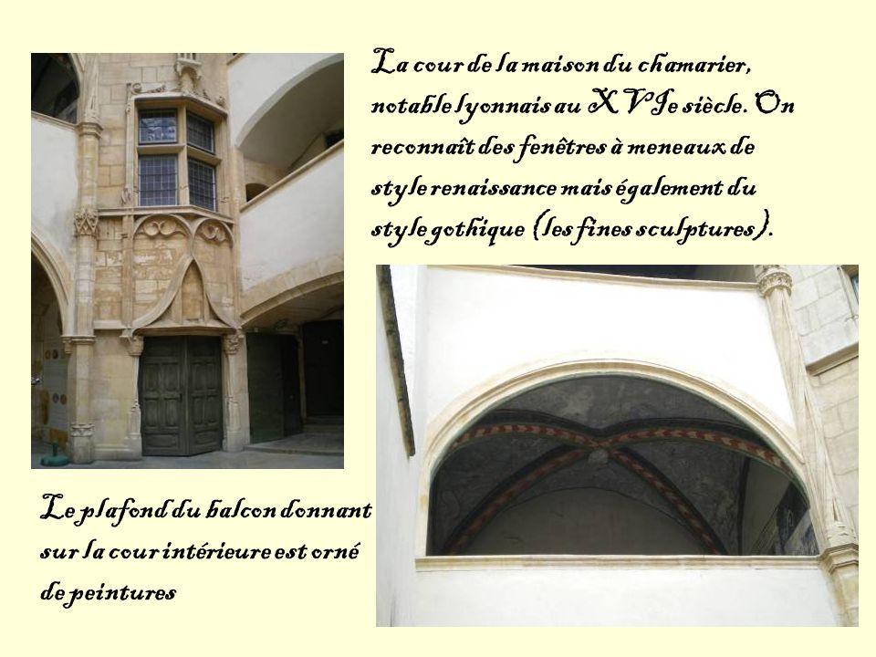 La cour de la maison du chamarier, notable lyonnais au XVIe siècle. On reconnaît des fenêtres à meneaux de style renaissance mais également du style g