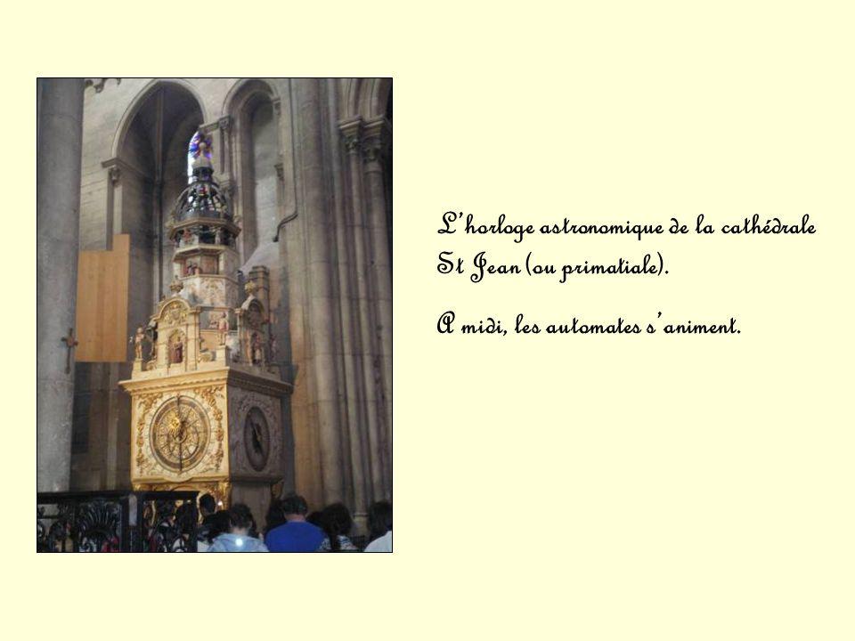 Lhorloge astronomique de la cathédrale St Jean (ou primatiale). A midi, les automates saniment.