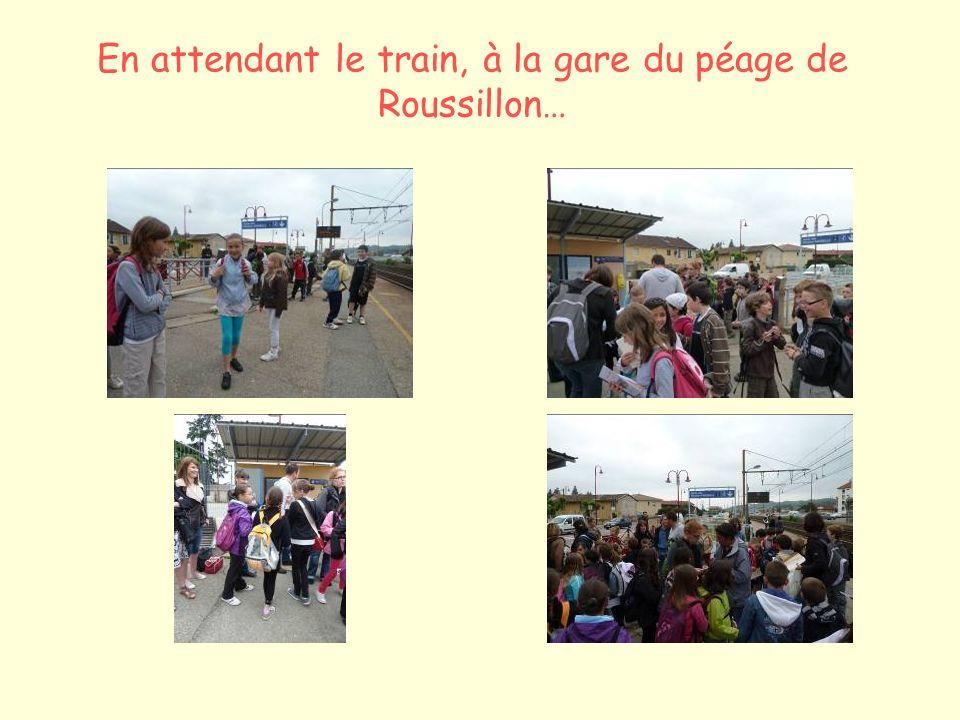 En attendant le train, à la gare du péage de Roussillon…