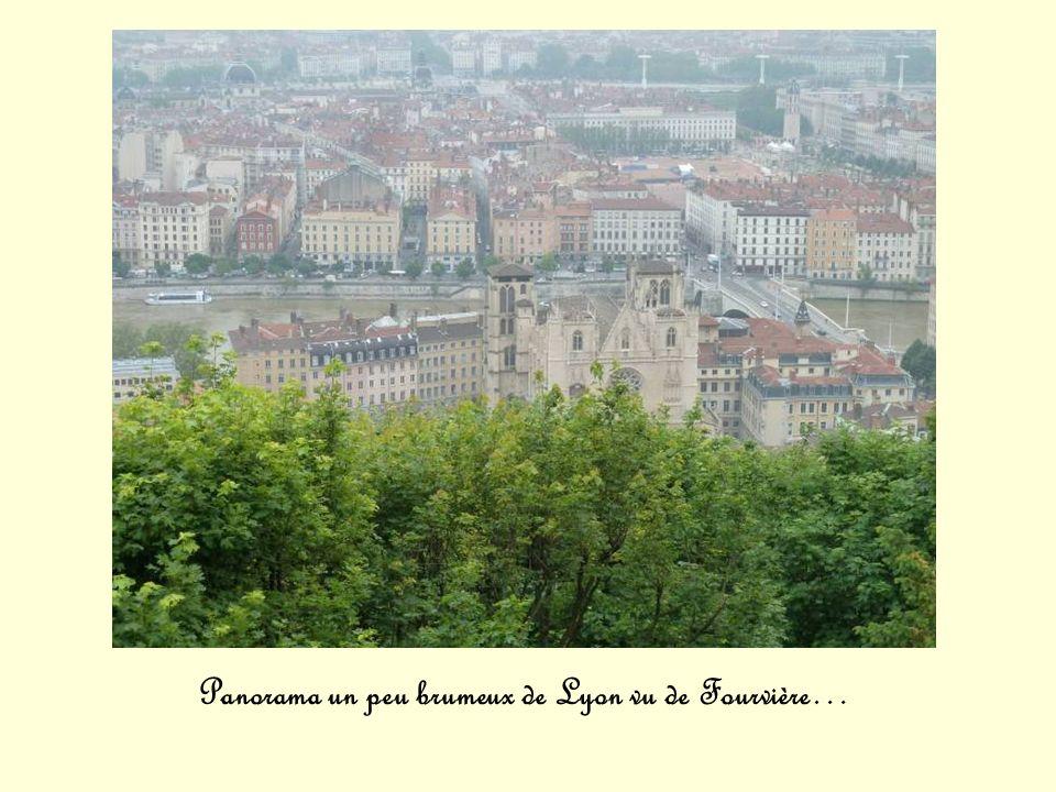 Panorama un peu brumeux de Lyon vu de Fourvière…