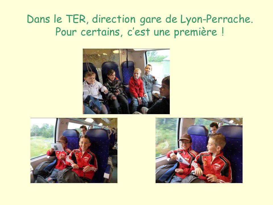 Dans le TER, direction gare de Lyon-Perrache. Pour certains, cest une première !