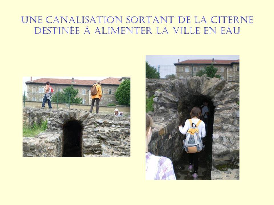 Une canalisation sortant de la citerne destinée à alimenter la ville en eau