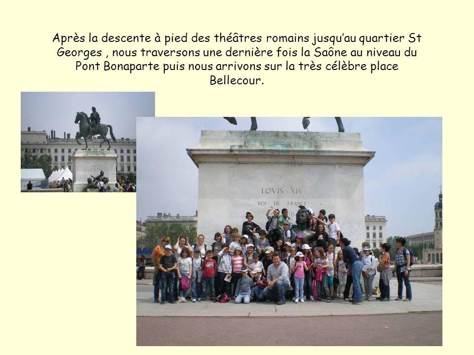 Après la descente à pied des théâtres romains jusquau quartier St Georges, nous traversons une dernière fois la Saône au niveau du Pont Bonaparte puis nous arrivons sur la très célèbre place Bellecour.