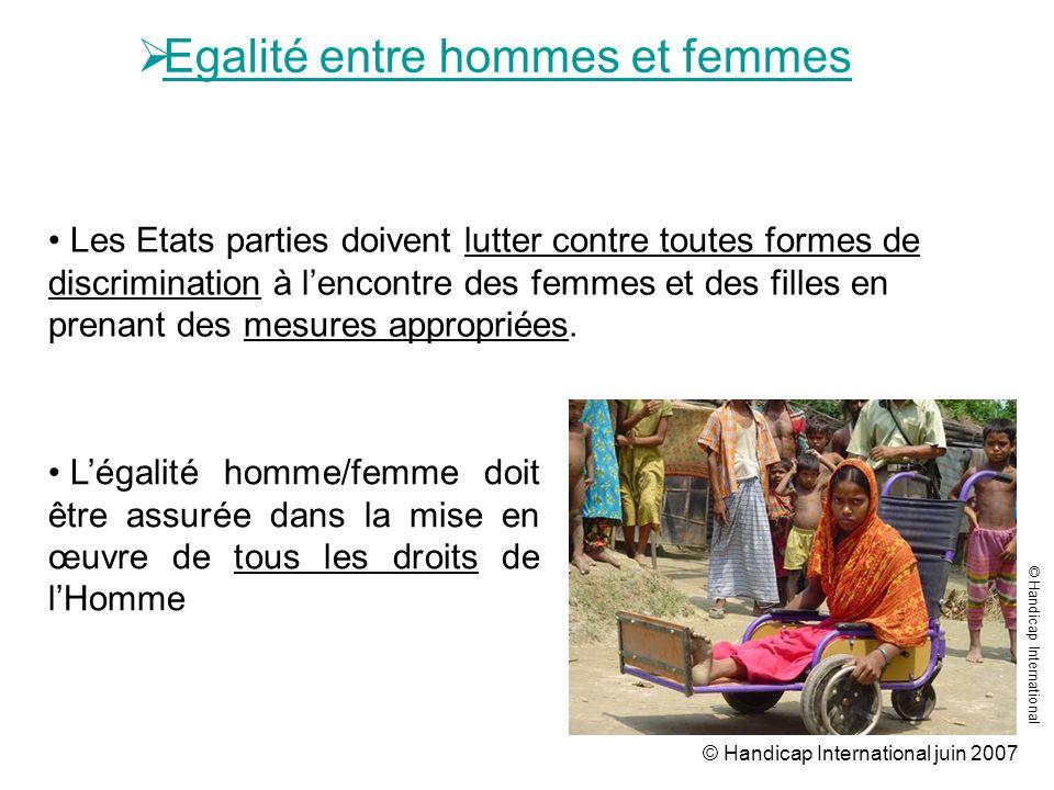 © Handicap International juin 2007 Egalité entre hommes et femmes Légalité homme/femme doit être assurée dans la mise en œuvre de tous les droits de l
