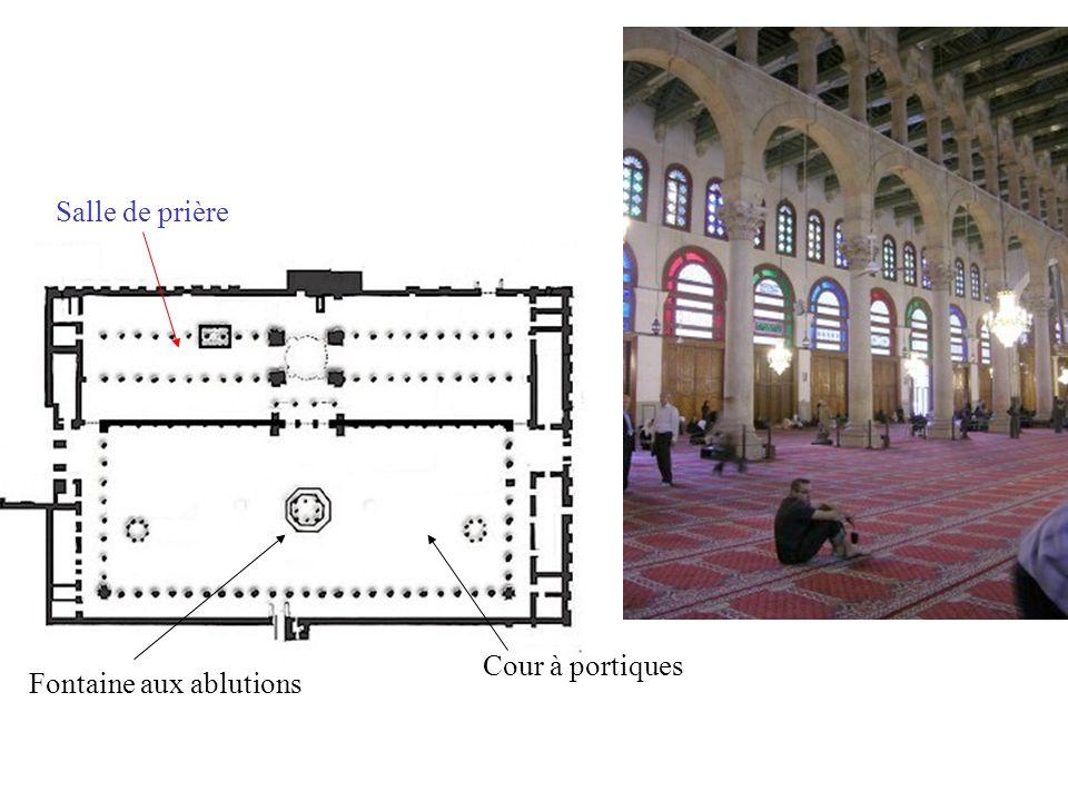 Cour à portiques Fontaine aux ablutions Salle de prière Mihrab (niche dans le mur indiquant la direction de La Mecque)
