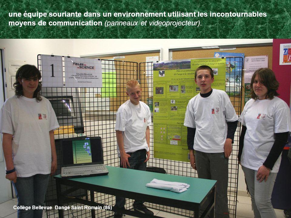 une équipe souriante dans un environnement utilisant les incontournables moyens de communication (panneaux et videoprojecteur). Collège Bellevue Dangé