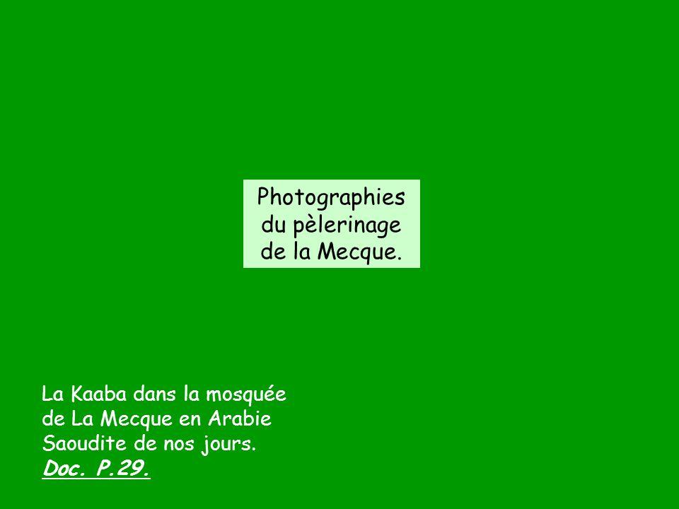 La Kaaba dans la mosquée de La Mecque en Arabie Saoudite de nos jours. Doc. P.29. Photographies du pèlerinage de la Mecque.
