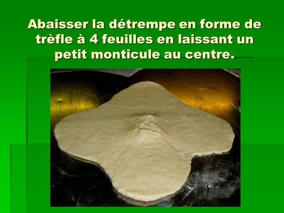 « Bloquer » la pâte avant dabaisser, pour obtenir un rectangle régulier.