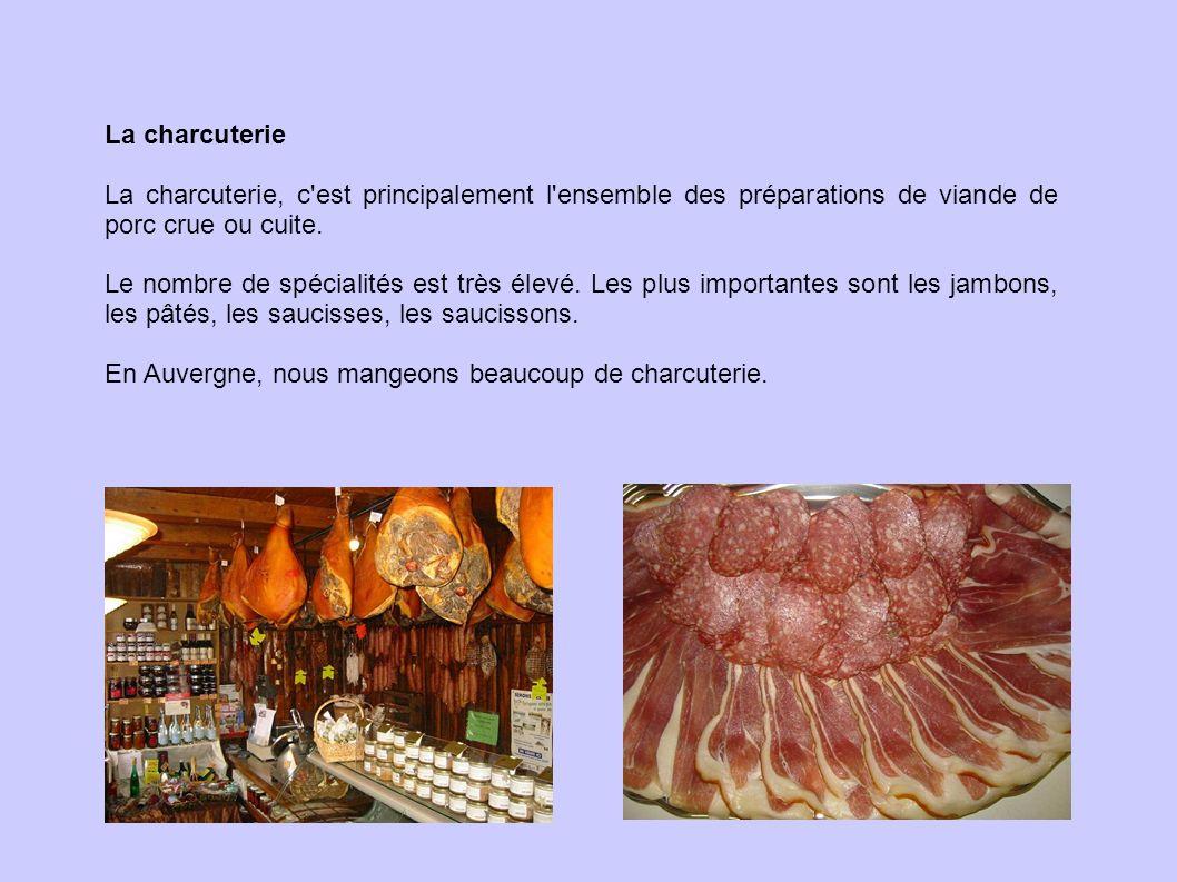 La charcuterie La charcuterie, c'est principalement l'ensemble des préparations de viande de porc crue ou cuite. Le nombre de spécialités est très éle