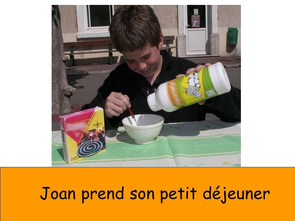 Joan prend son petit déjeuner