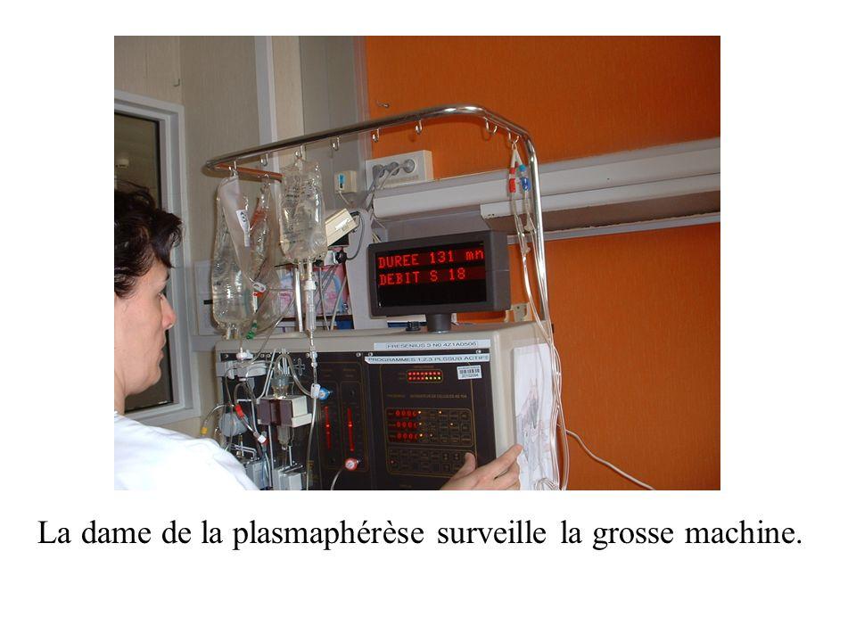 La dame de la plasmaphérèse surveille la grosse machine.