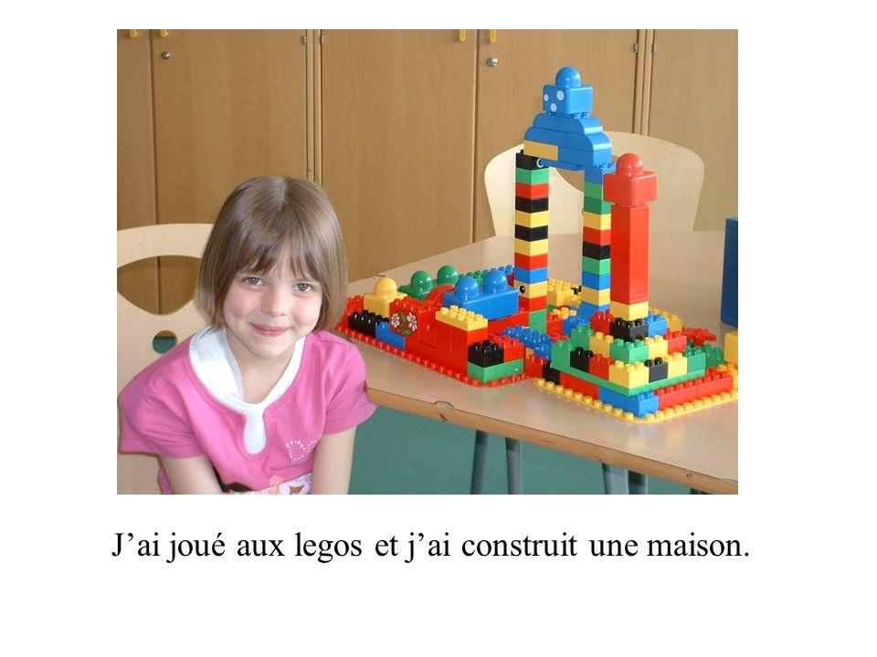 Jai joué aux legos et jai construit une maison.