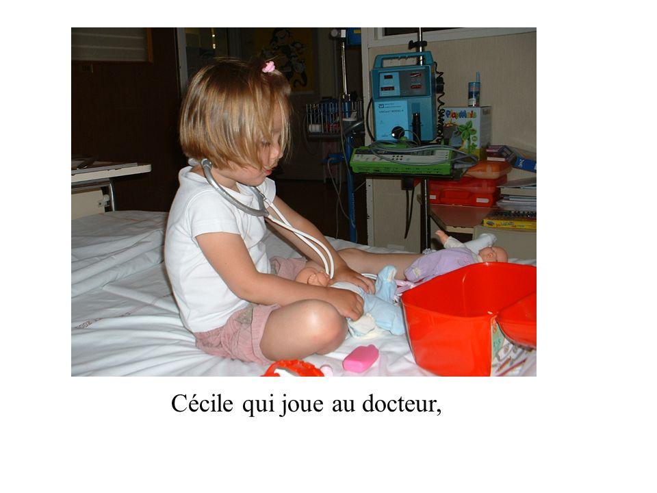 Cécile qui joue au docteur,