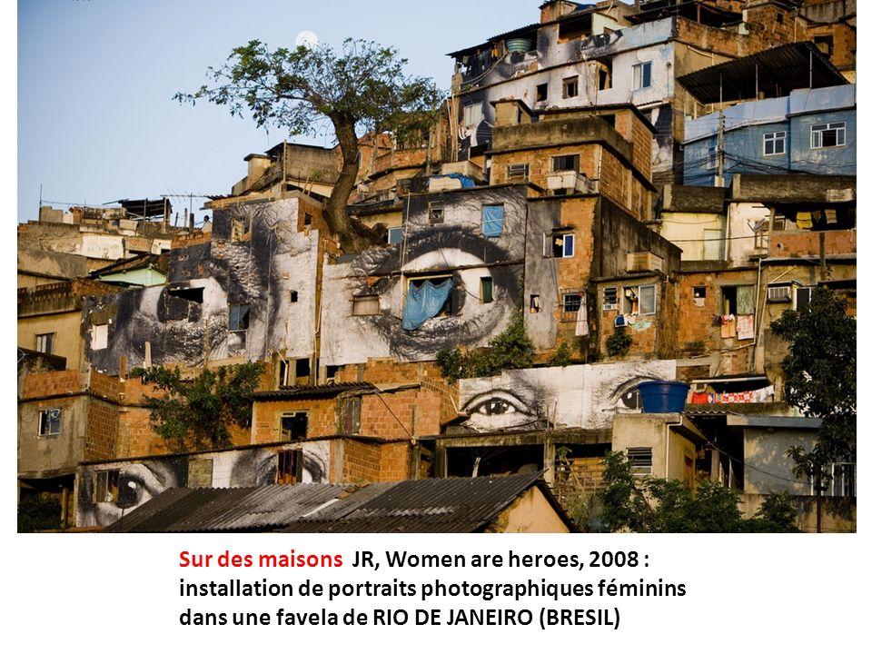 Sur des maisons JR, Women are heroes, 2008 : installation de portraits photographiques féminins dans une favela de RIO DE JANEIRO (BRESIL)