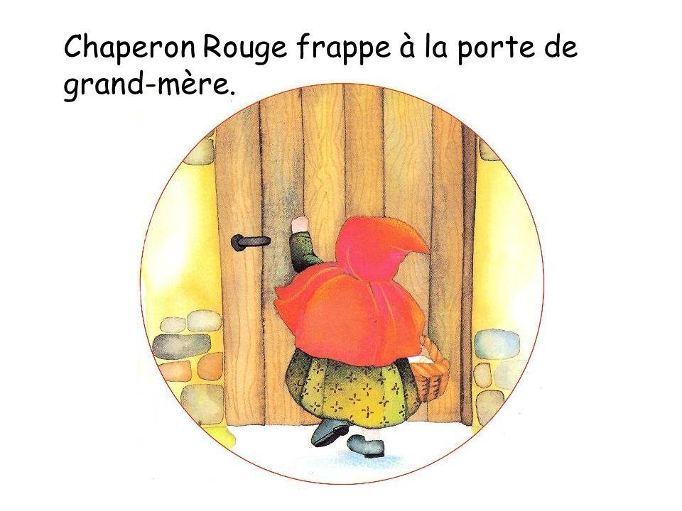 Chaperon Rouge frappe à la porte de grand-mère.