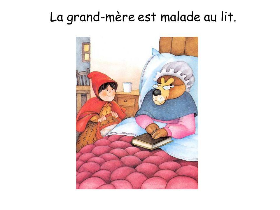 La grand-mère est malade au lit.
