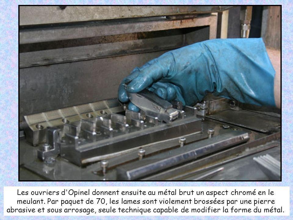 Les lames arrivent ainsi dans l'usine Opinel. Depuis 3 ans, Opinel confie la découpe des lames dans des feuillards d'acier à un sous-traitant savoyard