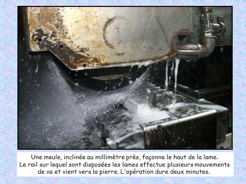 Les ouvriers d'Opinel donnent ensuite au métal brut un aspect chromé en le meulant. Par paquet de 70, les lames sont violement brossées par une pierre