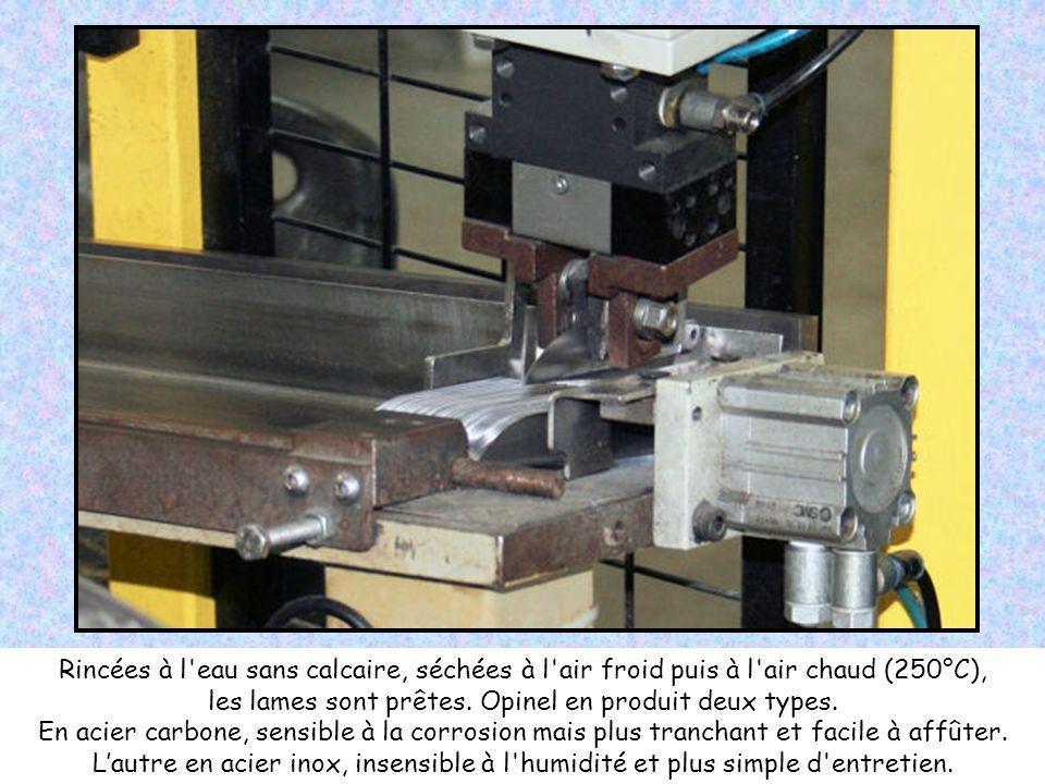 Etape décisive, le meulage de la lame. Là encore, c'est un robot qui mène l'opération. Une à une, les lames sont orientées sous une meule abrasive. Lé