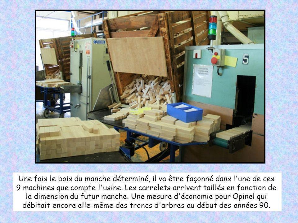 Dans chacune de ces caisses, 4 à 6 000 carrelets de bois attendent de devenir autant de manches de couteaux. La plupart sont en hêtre mais onze autres