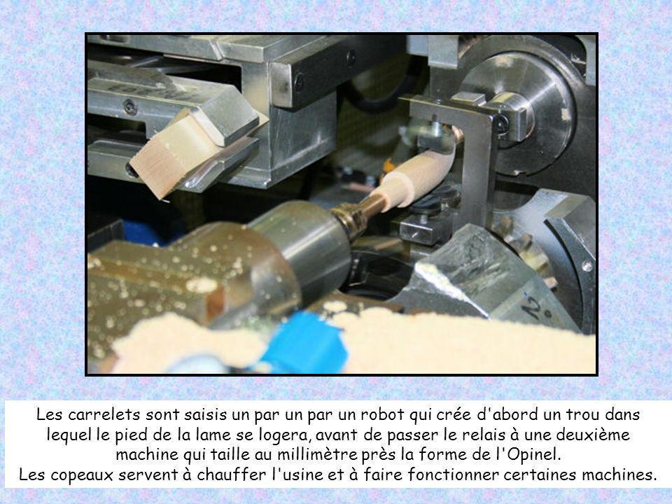 Les carrelets sont saisis un par un par un robot qui crée d abord un trou dans lequel le pied de la lame se logera, avant de passer le relais à une deuxième machine qui taille au millimètre près la forme de l Opinel.