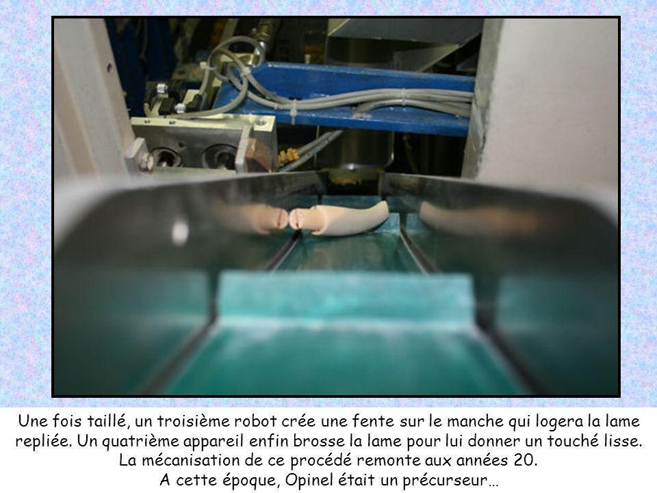 Une fois taillé, un troisième robot crée une fente sur le manche qui logera la lame repliée.