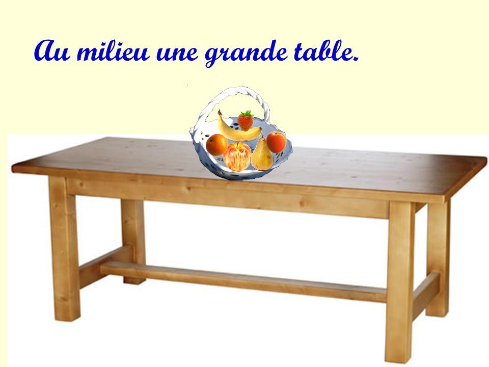 Au milieu une grande table.