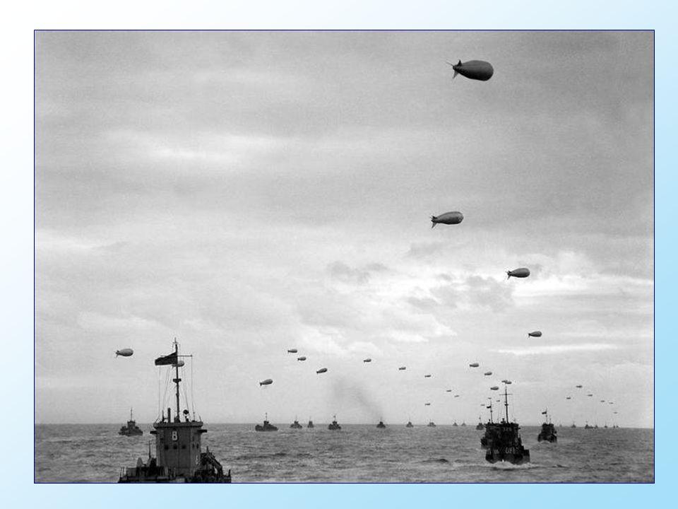 Les troupes canadiennes sur les barges de débarquement en approche d un tronçon de côte sous le nom de code Juno Beach, près de Bernières-sur-mer.
