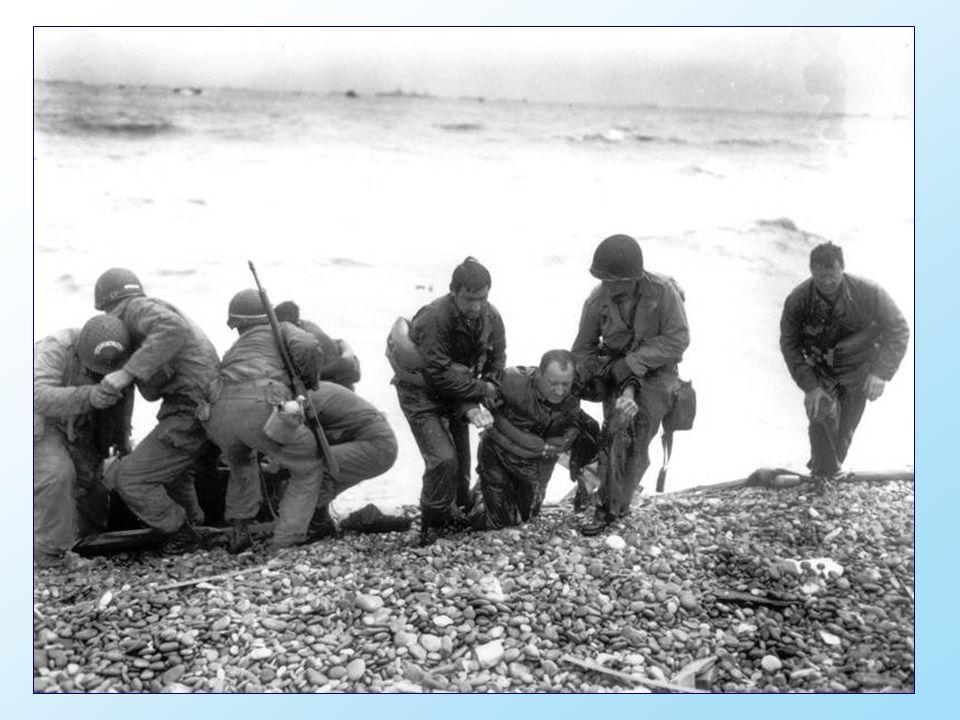 Une unité américaine aide leurs camarades épuisés à terre.