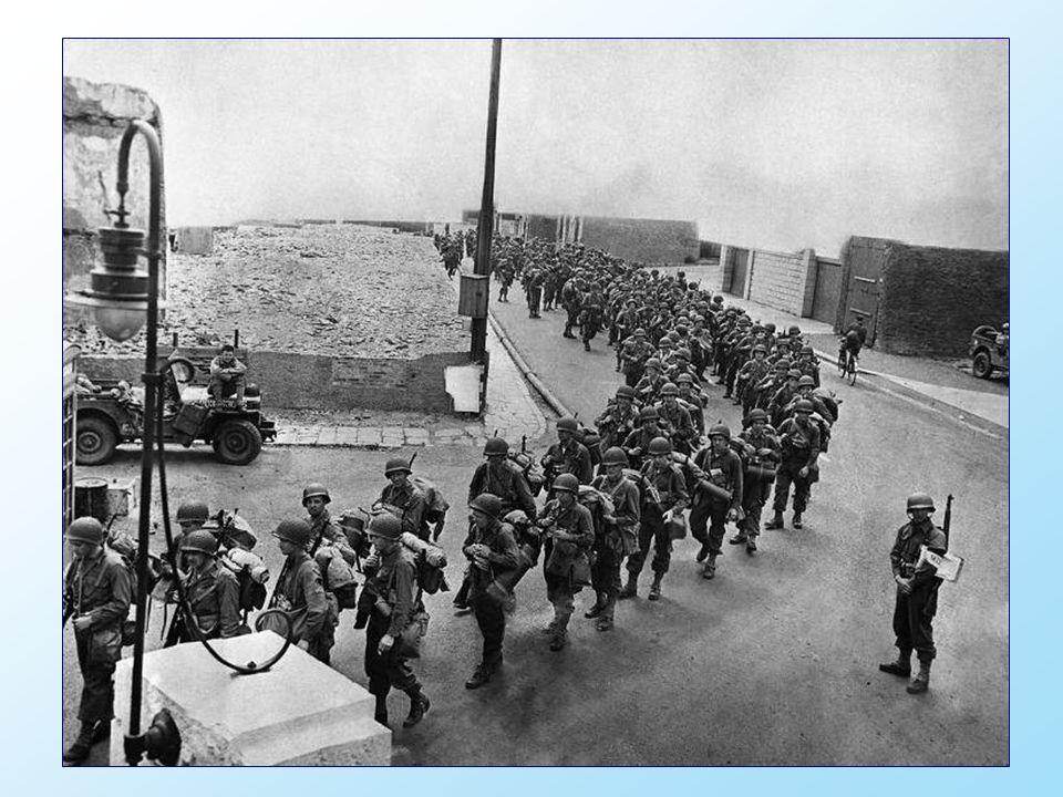 Le jour J, le 6 Juin 1944, les troupes alliées ont quitté l Angleterre à bord davions et de navires et ont fait le voyage à travers la Manche pour attaquer les plages de Normandie dans une tentative de percée du « Mur de lAtlantique» des troupes dHitler et briser ainsi son emprise sur l Europe.