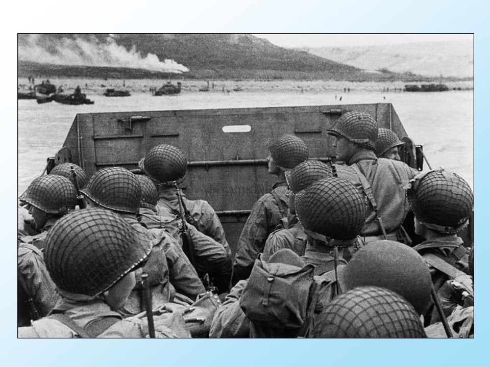 Des barges font le trajet aller et retour à travers la Manche de soldats regrouppés en Angleterre, qui porte vague après vague des troupes de renfort à la tête de pont alliée.