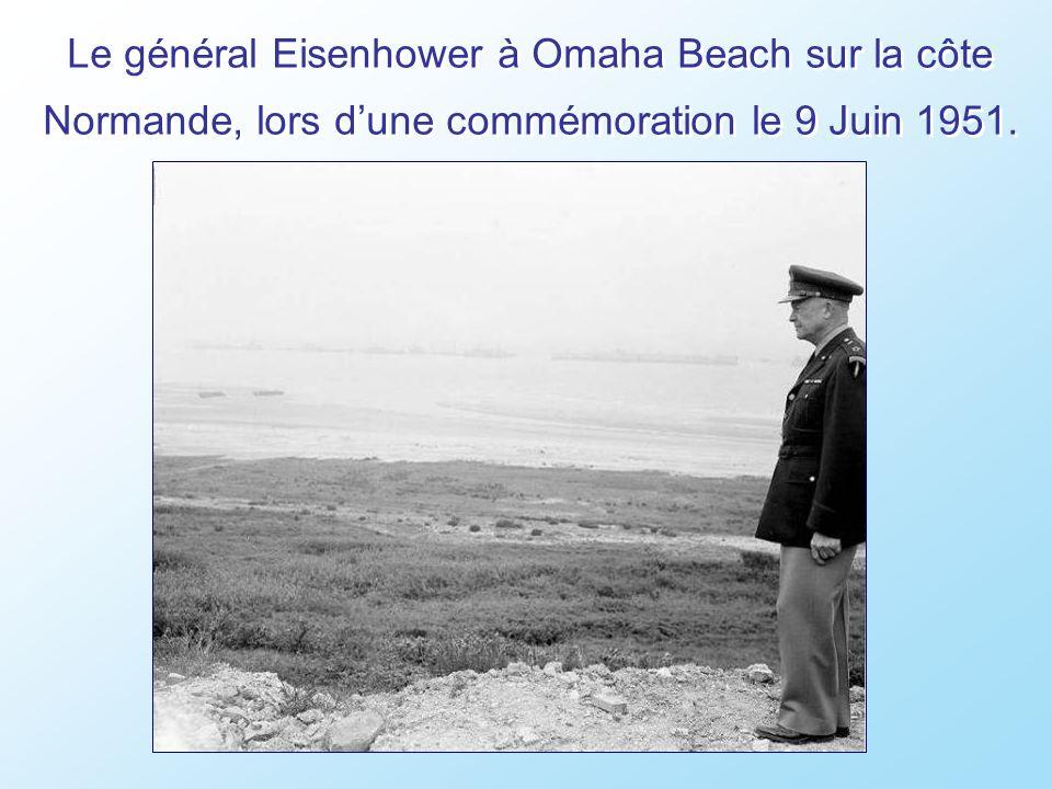 Après ce débarquement en Normandie, les prisonniers Allemands sont réquisitionnés pour nettoyer les plages.
