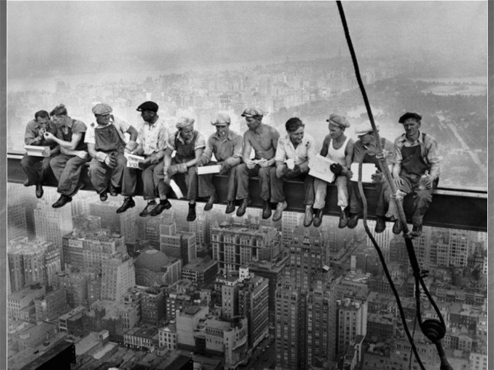 Le titre original de la photographie suivante est « Lunch atop a skyscraper » ce qui signifie : « Déjeuner au sommet d'un gratte-ciel ». Son auteur es