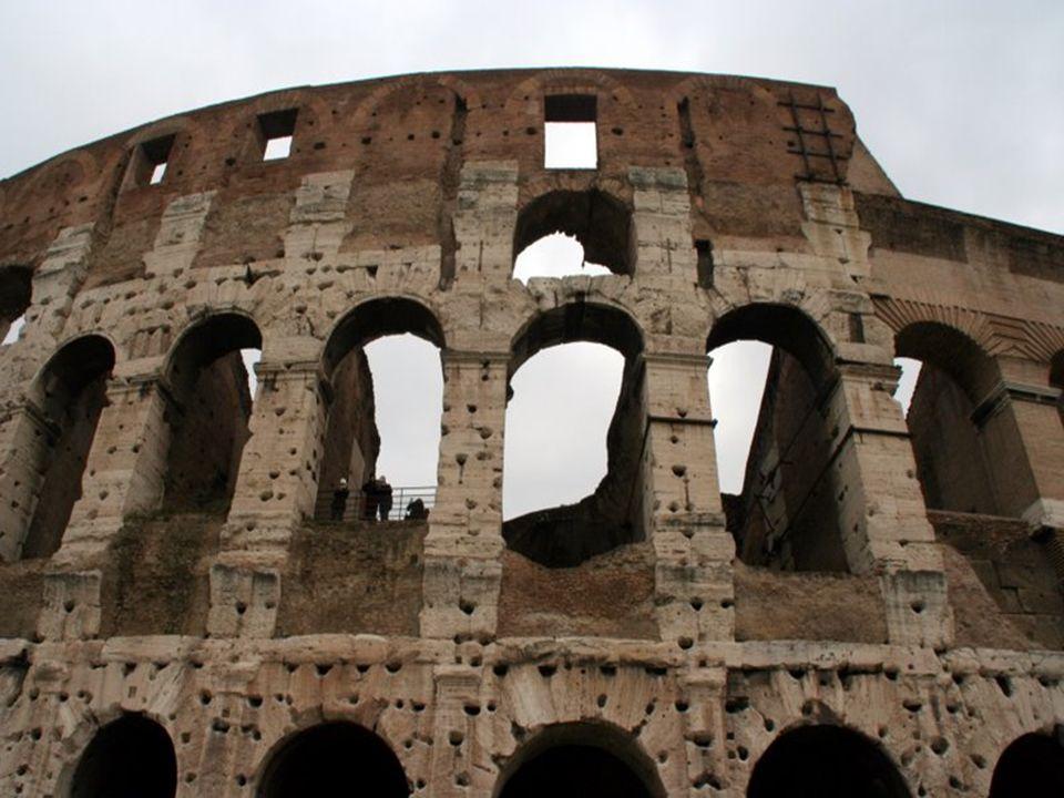 Il a plus tard été réutilisé pour des buts variés tels que des habitations, des ateliers d'artisans, le siège d'un ordre religieux, une forteresse, un