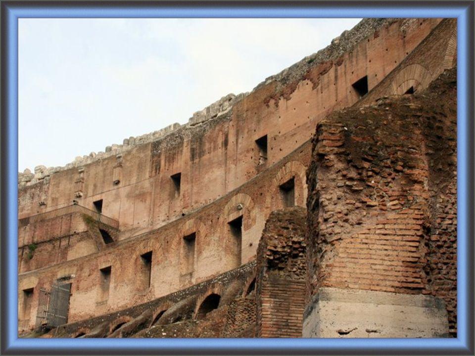 Sa construction, juste à l est du Forum romain, a com- mencé entre 70 et 72, sous l empereur Vespasien, et s est achevée en 80 sous Titus.
