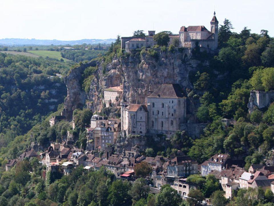 Véritable défi à léquilibre, Rocamadour(accroché à la falaise) est une superposition de toits ocres, de maisons et déglises. Du château qui couronne c